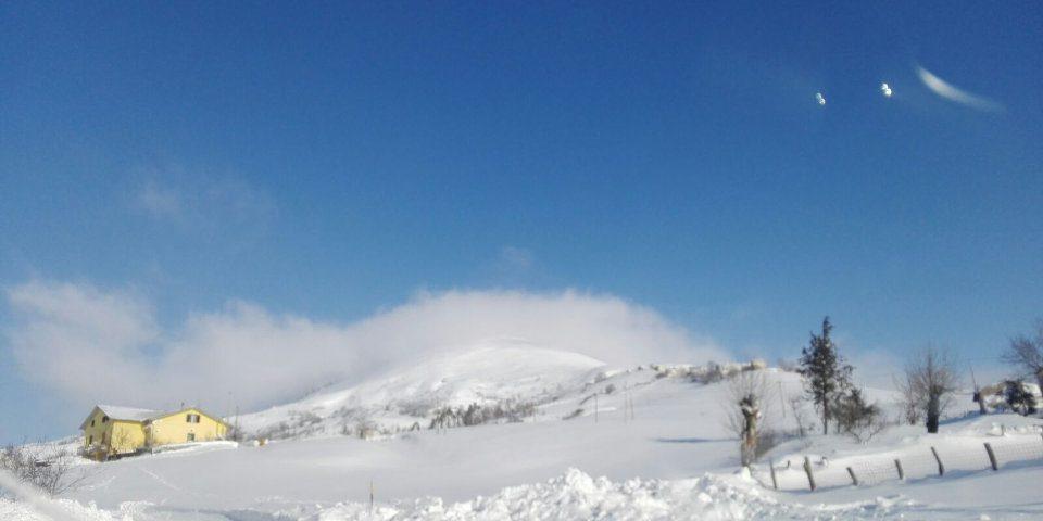 Il lavoro degli allevatori di montagna durante l'emergenza neve. Agnone, verso contrada Sant'Onofrio